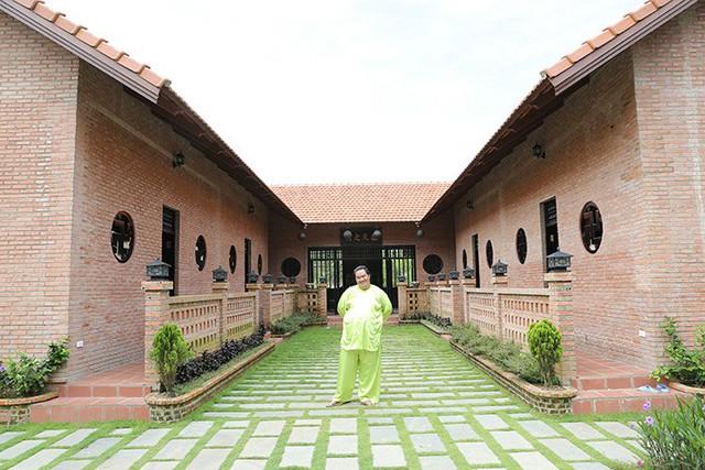 Hiện tại, Hoàng Mập và vợ con vẫn sống ở TP. HCM để thuận tiện cho công việc và việc học của 2 cô con gái. Nhưng dù bận rộn thế nào, cuối tuần anh vẫn về Đồng Nai thăm bố mẹ vợ và chăm sóc vườn tược.