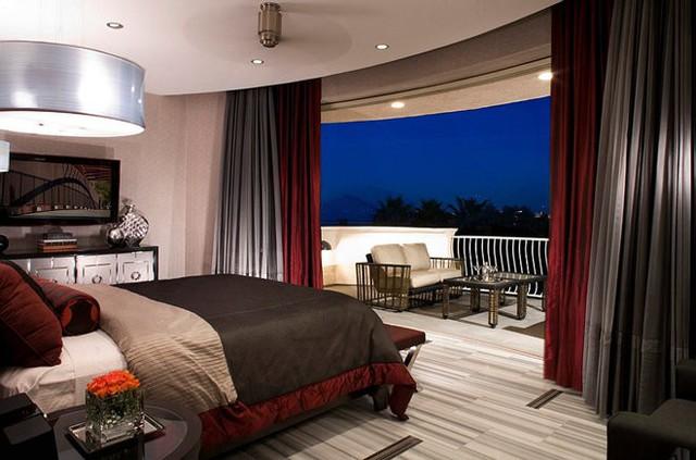 Với tông đỏ thẫm rượu vang, xịn nhất chính là không gian mở ở đối diện giường ngủ