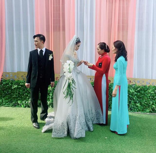 Cô dâu Thu Thảo được người thân trao tín vật.