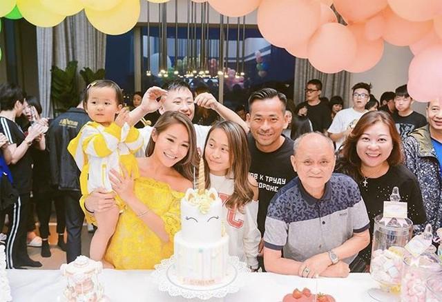 Alvin Chau và vợ hợp pháp hạnh phúc bên con.