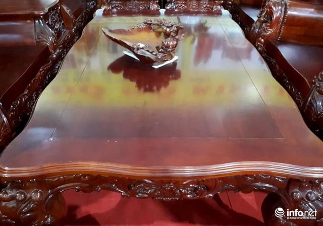 Các đường viền của bàn, ghế... đều chạm khắc những đường nét bắt mắt.