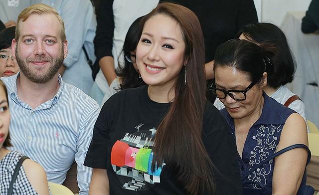 Mẹ ruột Ngô Phương Lan (phải) cũng theo vợ chồng con gái đến ủng hộ cho cuốn sách.