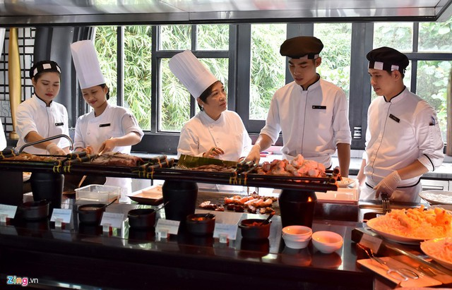 Nghệ nhân Ánh Tuyết cho biết thêm rất khó khăn để đưa ra quyết định cuối cùng giữa nhiều thực đơn. Chẳng hạn như chọn ra một món với người Việt có thể rất ngon nhưng với khách quốc tế lại không phù hợp. Trong số 21 thành viên đó, chúng ta lấy ra một mẫu số chung về các món ăn, sao cho cả khách châu Á hay châu Mỹ đều hợp khẩu vị.