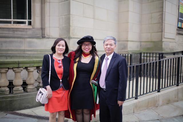 Nữ giảng viên và bố mẹ trong ngày bảo vệ luận án tiến sĩ thành công tại Anh.