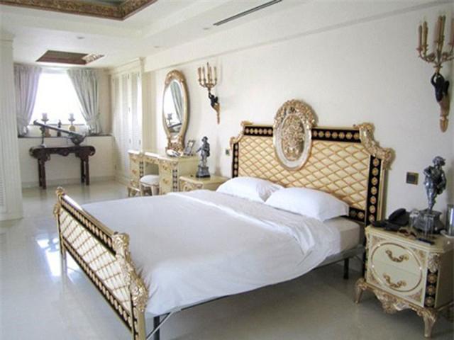 Phòng ngủ sang trọng, được bày trí theo sở thích của chủ nhân.