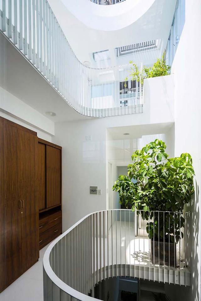 Với tông màu trắng chủ đạo, điểm nhấn của ngôi nhà chính là ánh sáng tự nhiên và cây xanh.