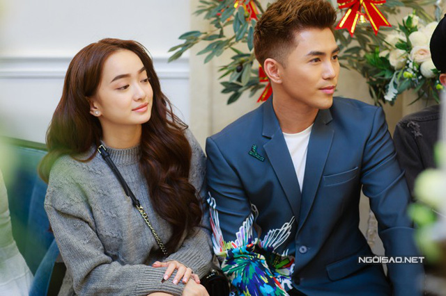 Cặp tình nhân Kaity Nguyễn - Will sóng đôi xuất hiện tại sự kiện. Nữ chính của Em chưa 18 vừa mới đoạt giải tại Liên hoan phim Việt Nam lần thứ 20.