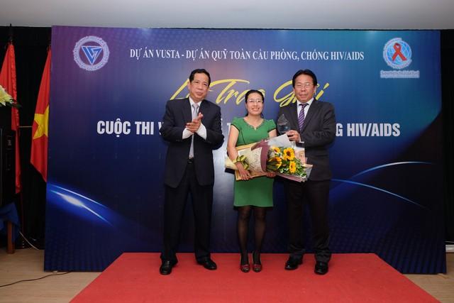 Ban Tổ chức trao giải cho tác giả có tác phẩm đạt giải Nhì. Ảnh: Trần Minh