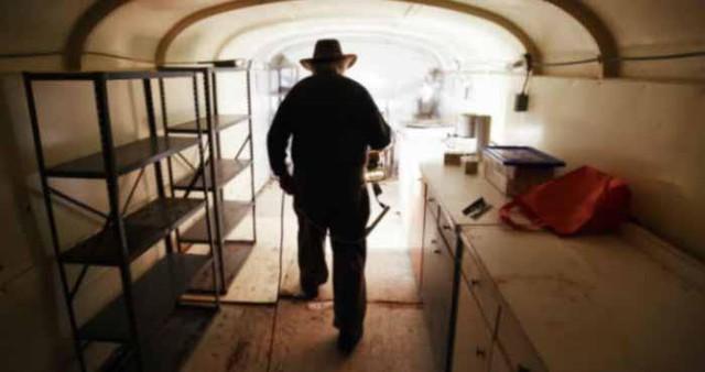 Để xây dựng căn hầm, toàn bộ 42 chiếc xe bus đã được Bruce đặt dưới một hố ngầm lớn và phủ một lớp bê tông dày để gia cố.
