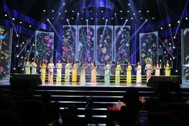 Top 16 thí sinh tha thướt trong trang phục áo dài