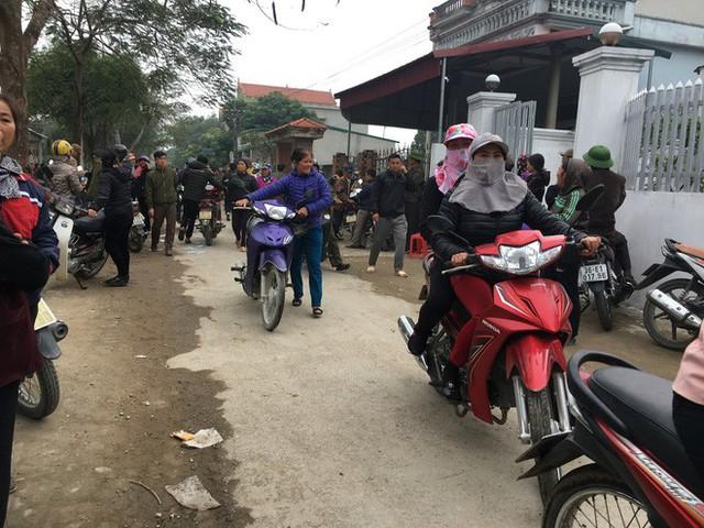Hàng nghìn người dân tập trung về khu vực xóm 8, xã Nga An, huyện Nga Sơn vào chiều 29/12, để tiễn đưa thi thể 3 mẹ con chị T. về nơi yên nghỉ.