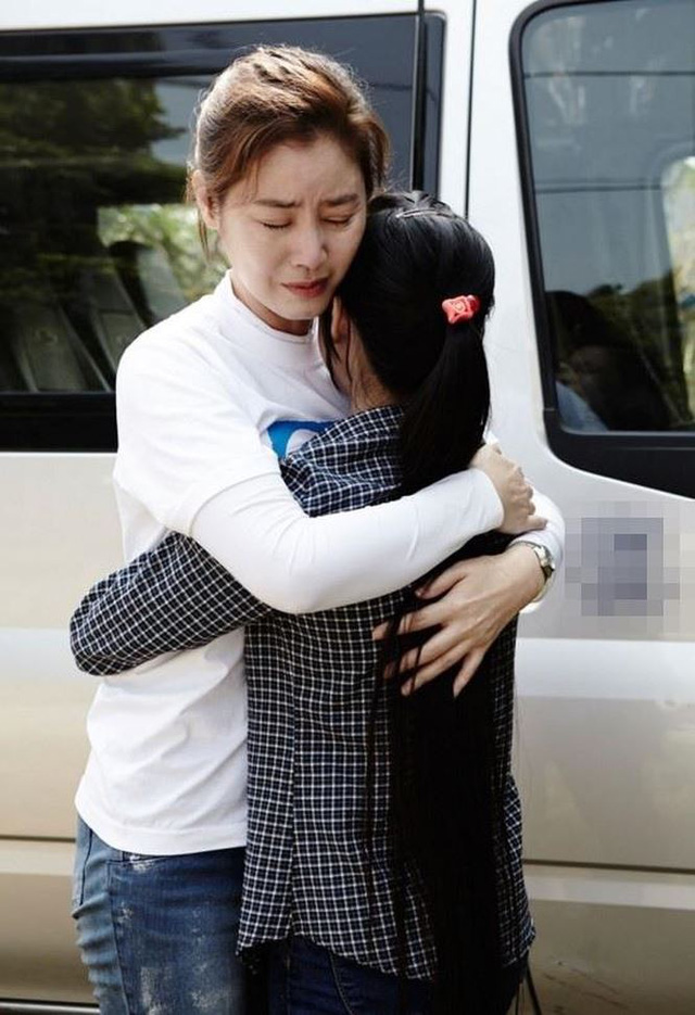 Kim Sung Ryung xúc động khi gặp lại người con nuôi tại Việt Nam của mình.