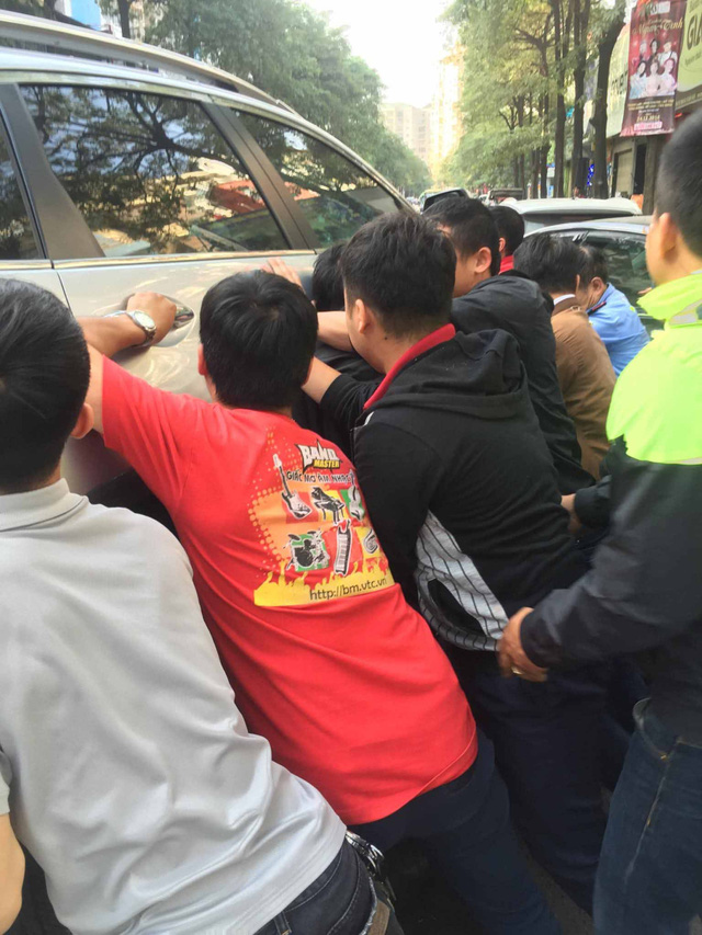 Hàng chục người nâng ô tô để đưa cháu bé ra ngoài (Ảnh otofun)
