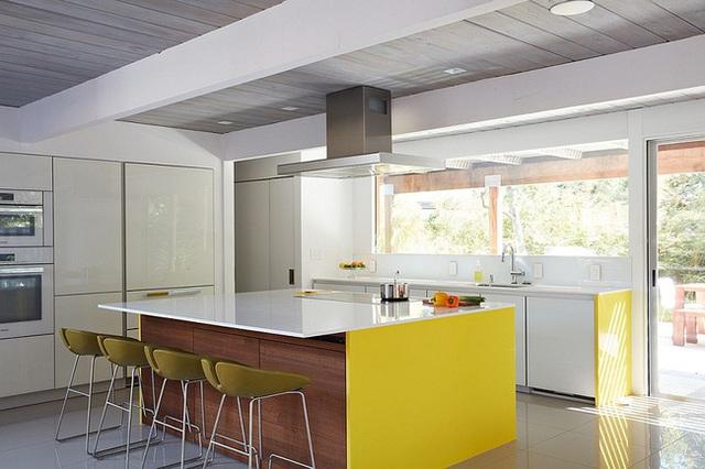 Với việc sử dụng màu vàng và cam cho các bộ bàn ghế, chủ nhân ngôi nhà đã giúp không gian của mình tránh trở nên nhạt nhẽo.