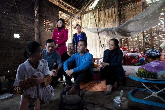Đoàn nghệ sĩ thăm hỏi những hộ gia đình có hoàn cảnh khó khăn.