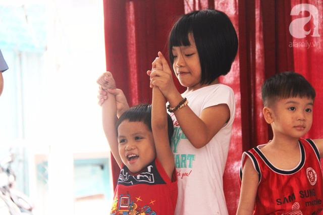 Nụ cười vô tư, hồn nhiên của bé trai 3 tuổi khi được một chị lớn hơn dắt đi chơi