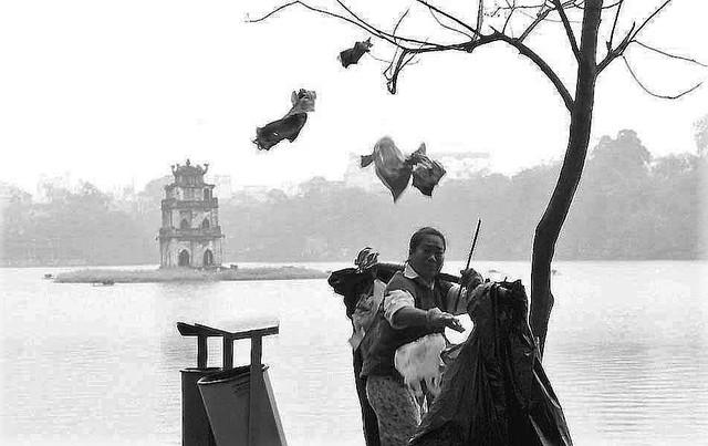 Người đàn bà nhặt rác. Ảnh: NVCC
