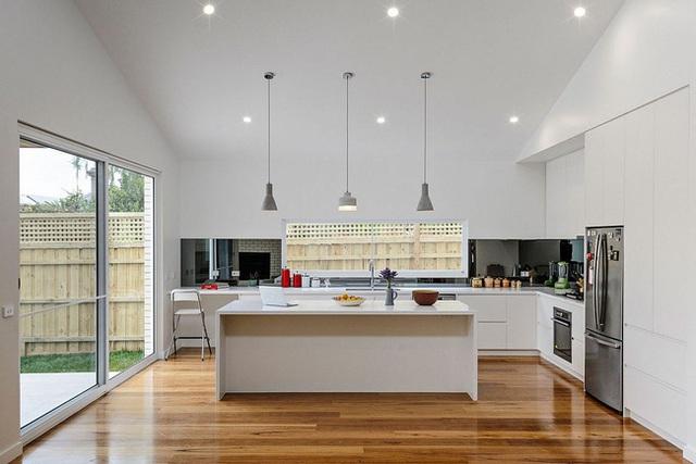 Nhà bếp với các đồ gia dụng được sử dụng toàn màu trắng cho phù hợp với sơn tường. Sự nhất quán trong màu sắc này thể hiện chủ nhân ngôi nhà là người không ưa màu mè, sinh động.