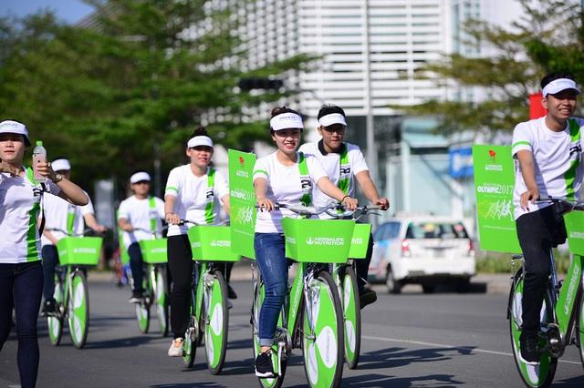 Đoàn diễu hành xe đạp trước nhóm chạy