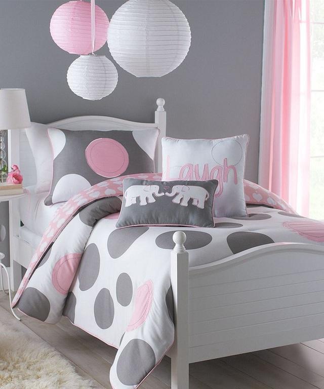 8. Đơn giản hơn so với các mẫu thiết kế trước, tại mẫu thiết kế giường cho bé gái này màu xám và hồng phấn được kết hợp với nhau hoàn hảo. Cặp đôi đèn lồng và voi cũng tạo ra điểm nhấn thú vị.