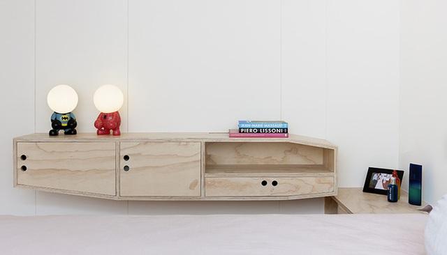 Hệ thống tủ, kệ trang trí vừa tạo nét đẹp tinh khôi cho phòng ngủ vừa giúp không gian nhỏ nhắn thêm bình yên, tĩnh tại.