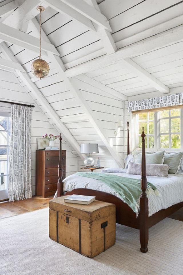 Không gian phòng ngủ của người lớn gây ấn tưởng bởi giường và tủ được làm bằng các loại gỗ lâu năm. Maya đùa rằng, bạn sẽ không thể đoán được số tuổi của loài gỗ này đâu, nó nằm ngoài sức tưởng tượng của bạn đó.