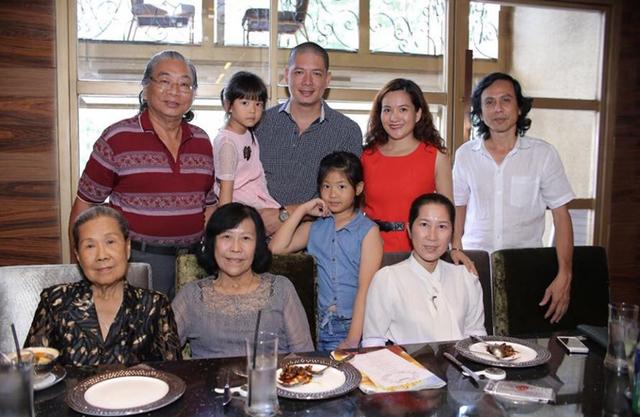 Vợ chồng Bình Minh cùng hai con gái rạng rỡ bên các thành viên trong đại gia đình.