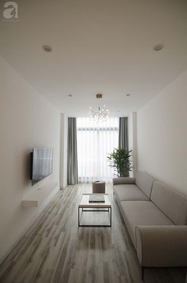 Phòng khách thể hiện rõ ràng phong cách nội thất hiện đại với tông màu gỗ sáng kết hợp với nội thất tối giản mang đến cảm giác nhẹ nhàng, thanh thoát.