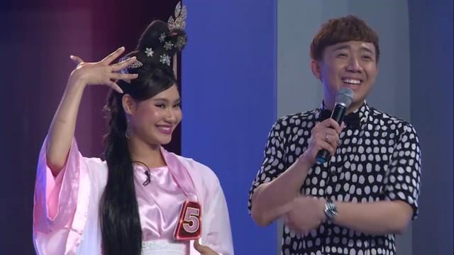 Điều khá bất ngờ ở tập 7, một trong những người bí ẩn lại có ngoại hình và giọng nói khá giống Miu Lê. Bất ngờ, Trấn Thành liền gọi cô là chị gái của nữ diễn viên Em là bà nội của anh.
