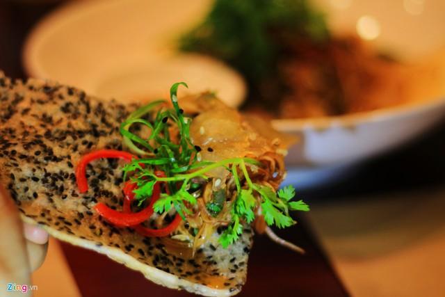Tùy theo sở thích, khẩu vị, đầu bếp có thể chế biến gỏi sứa với nhiều nguyên liệu, nhưng luôn ăn cùng bánh tráng nướng.