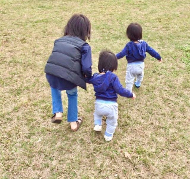 Trong một bức hình được chia sẻ đầu tháng 4, Lâm Chí Dĩnh viết: Kimi bé dần dần trở thành anh trai Kimi rồi. Thấy con dắt các em trai chạy chơi trên bãi cỏ, thấy lòng thật ấm áp.