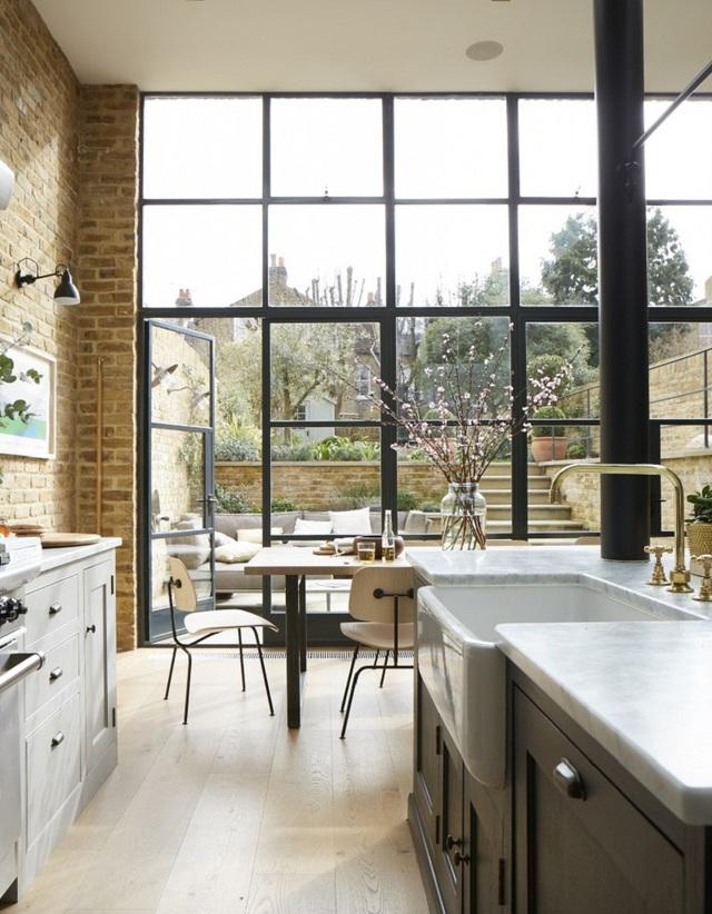8. Với kiểu của kính, bạn vừa có thể thoải mái nhìn ngắm khung cảnh bên ngoài, vừa yên tâm rằng căn bếp được bảo vệ khỏi bụi bẩn.