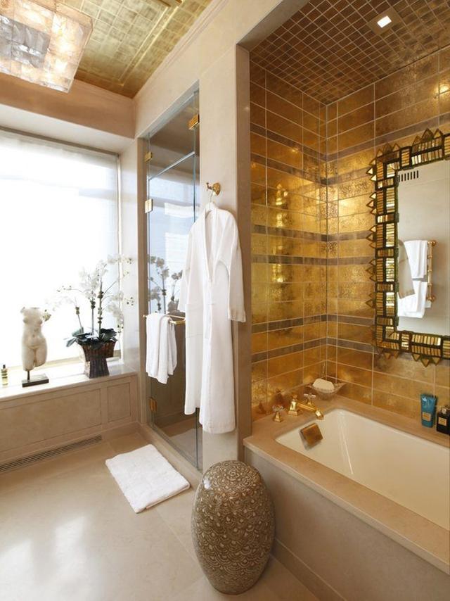 Phòng tắm dát vàng.