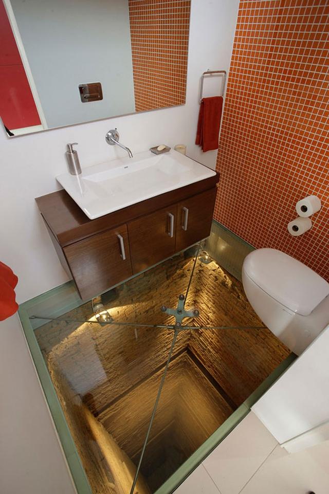 Sàn nhà tắm trong suốt không dành cho người yếu tim.