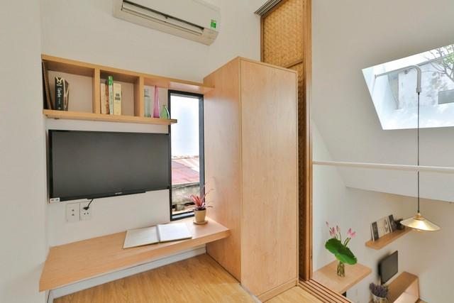 Phòng ngủ này có bàn làm việc cạnh cửa sổ. Có thể thấy giếng trời tại phần mái vát chéo, đóng vai trò lấy ánh sáng tự nhiên cho cả căn nhà.