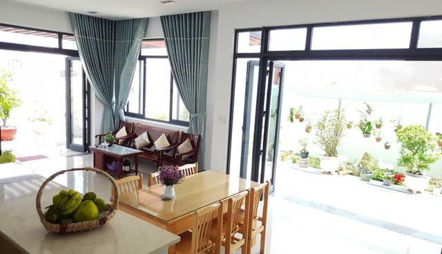 Nội thất trong nhà rất đơn giản, ánh sáng được tận dụng tối đa.