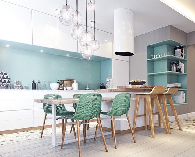 Góc bếp được thổi sức sống nhờ tường bếp màu xanh bạc hà và những chiếc ghế màu xanh lá nhẹ.