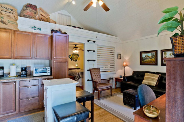 Một gác xép nhỏ được bố trí nằm trên phòng ngủ giúp chủ nhân lưu trữ được nhiều đồ dùng sinh hoạt hơn, giúp giải phóng hết không gian dưới nhà.