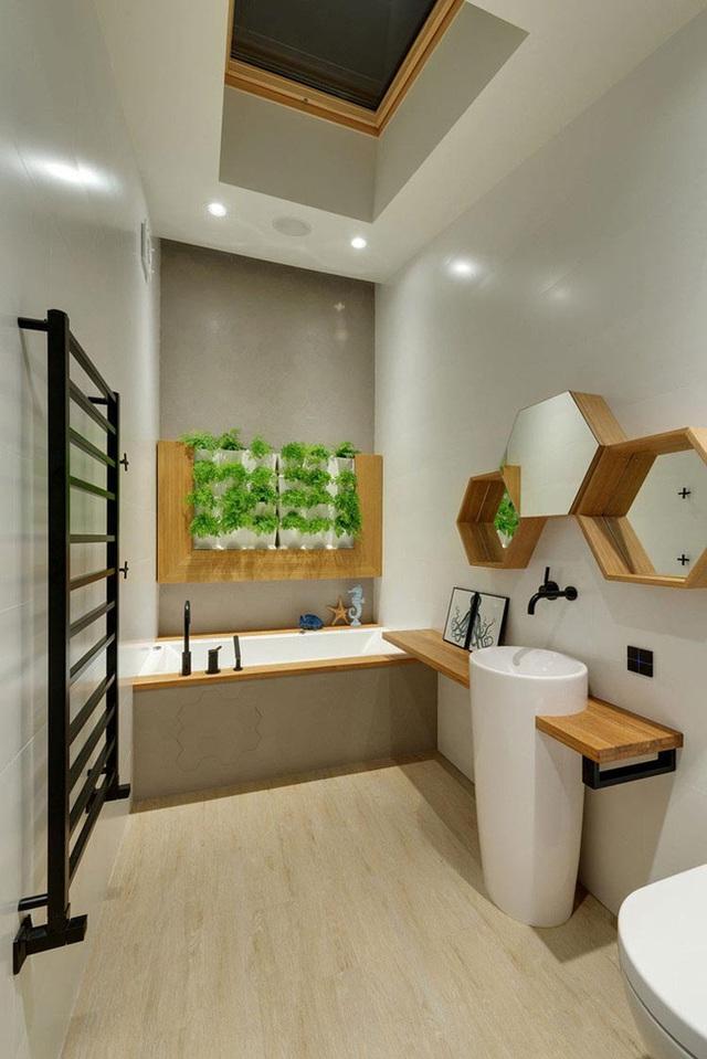 7. Không chỉ là những tấm gương hình lục giác, chúng còn là những chiếc kệ lưu trữ vô cùng tiện ích bên trong phòng tắm.