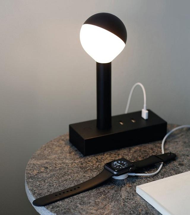 8. Bên cạnh việc là một chiếc đèn ngủ, mẫu đèn còn được thiết kế thêm ổ cắm để bạn sạc điện thoại, máy tính bảng vô cùng tiện dụng và hợp ý người dùng.