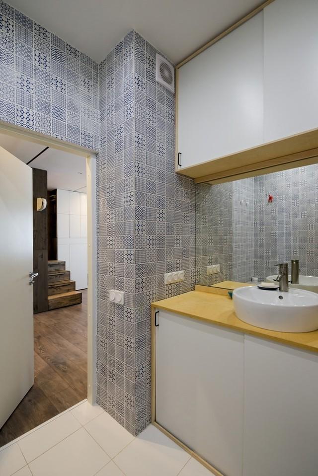 Phòng tắm rộng rãi, có bồn tắm.