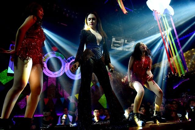 Cô cùng hai vũ công còn khuấy động show diễn bằng những vũ đạo bốc lửa với Không say không về, Symphony...