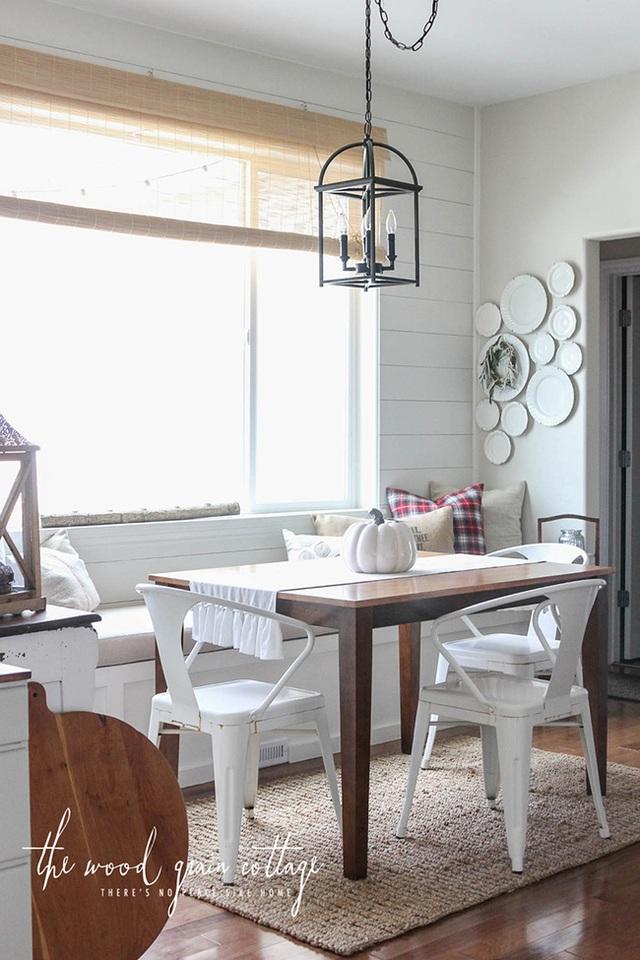 8. Một khung cảnh ngôi nhà hoàn hảo, được trang trí bằng tone màu nhã nhặn, tinh tế, với hai màu trắng và màu gỗ, chỉ càng làm cho không gian thêm thoải mái với chiếc ghế băng bọc nệm gần cửa sổ.