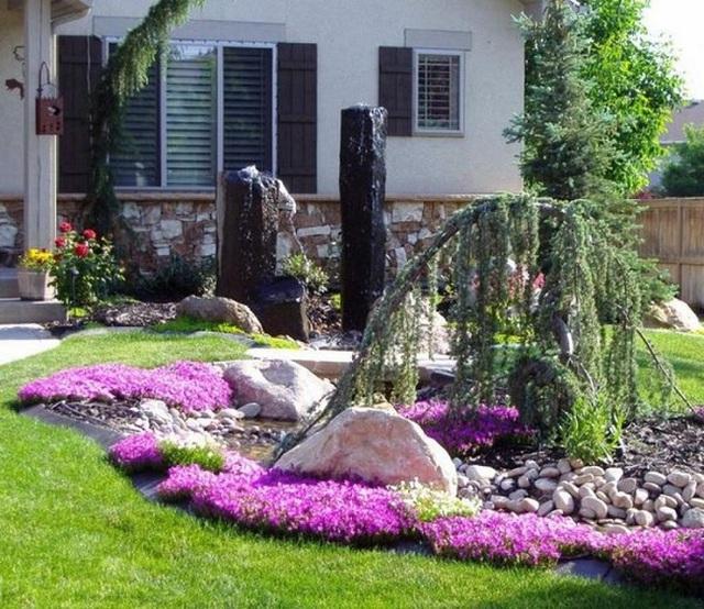 Rất nhiều thiết kế có thể áp dụng được vào sân vườn trước nhà bạn. Điển hình như phong cách thủy mặc với các hòn đá nhỏ tạo hình con suối, cây liễu rủ hòa cùng các thảm hoa tím hai bên bờ tạo nên khung cảnh lãng mạn và thơ mộng biết bao.