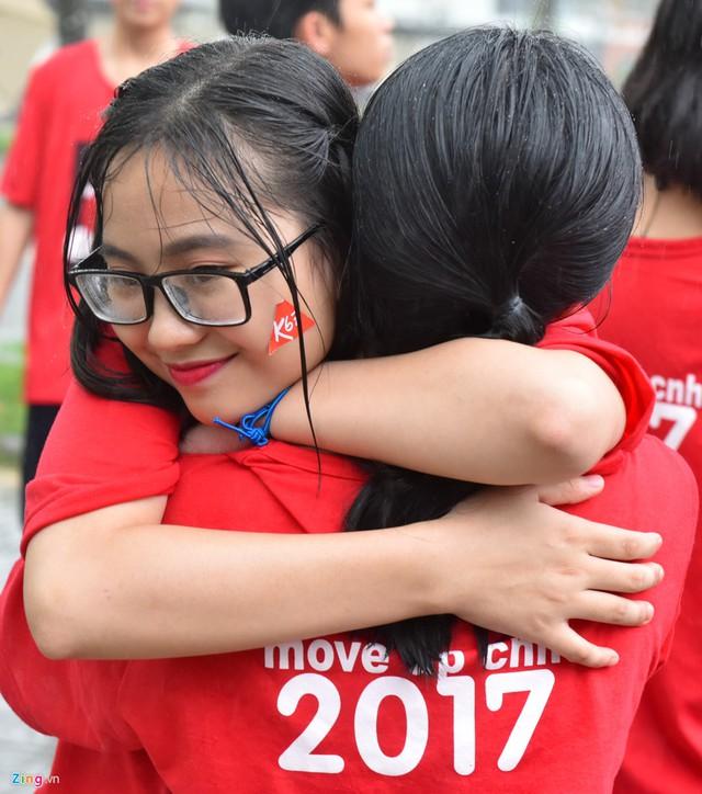 Sau đó, Tự Long đưa ra những lời khuyên thấm thía về lưu giữ kỷ niệm.Anh kêu gọi các bạn trẻ hãy ôm nhau, hôn vào má nhau bởi chỉ ngày mai thôi, có người đã ở một phương trời khác.