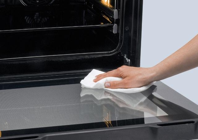 Bột nở là chất làm sạch tự nhiên tuyệt vời đối với các vết bẩn là dầu và bụi than. Lau llò nướng bằng nước ấm, rắc bột nở, và xịt nước bằng bình xịt. Sau giờ, loại bỏ các cục bột bằng một chiếc khăn ẩm và lau lại lò với nước. Cách này sẽ giúp loại bỏ bất kỳ vết dầu bám nào khỏi cửa kính của lò một cách dễ dàng.