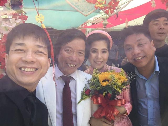 Đôi vợ chồng hạnh phúc cười tươi, chụp ảnh với bạn bè trong hôn lễ ấm cúng tại Sóc Trăng.