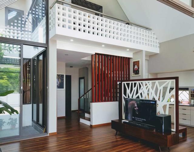 Do sử dụng tầng lửng nên trần không gian sinh hoạt chính rất cao và thoáng.