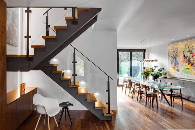 Những chiếc ghế trắng, đen đơn giản không hề cách điệu gì đi cùng với các đồ nội thất khác đem đến cái nhìn hiện đại, sạch sẽ và gọn gàng cho người thưởng thức.