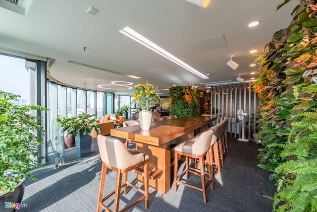 Phòng thư giãn, nghỉ ngơi của nhân viên tràn ngập ánh nắng nhưng hài hòa với cây xanh. Nội thất và cây xanh vẫn tạo cảm giác sang trọng cho không gian.